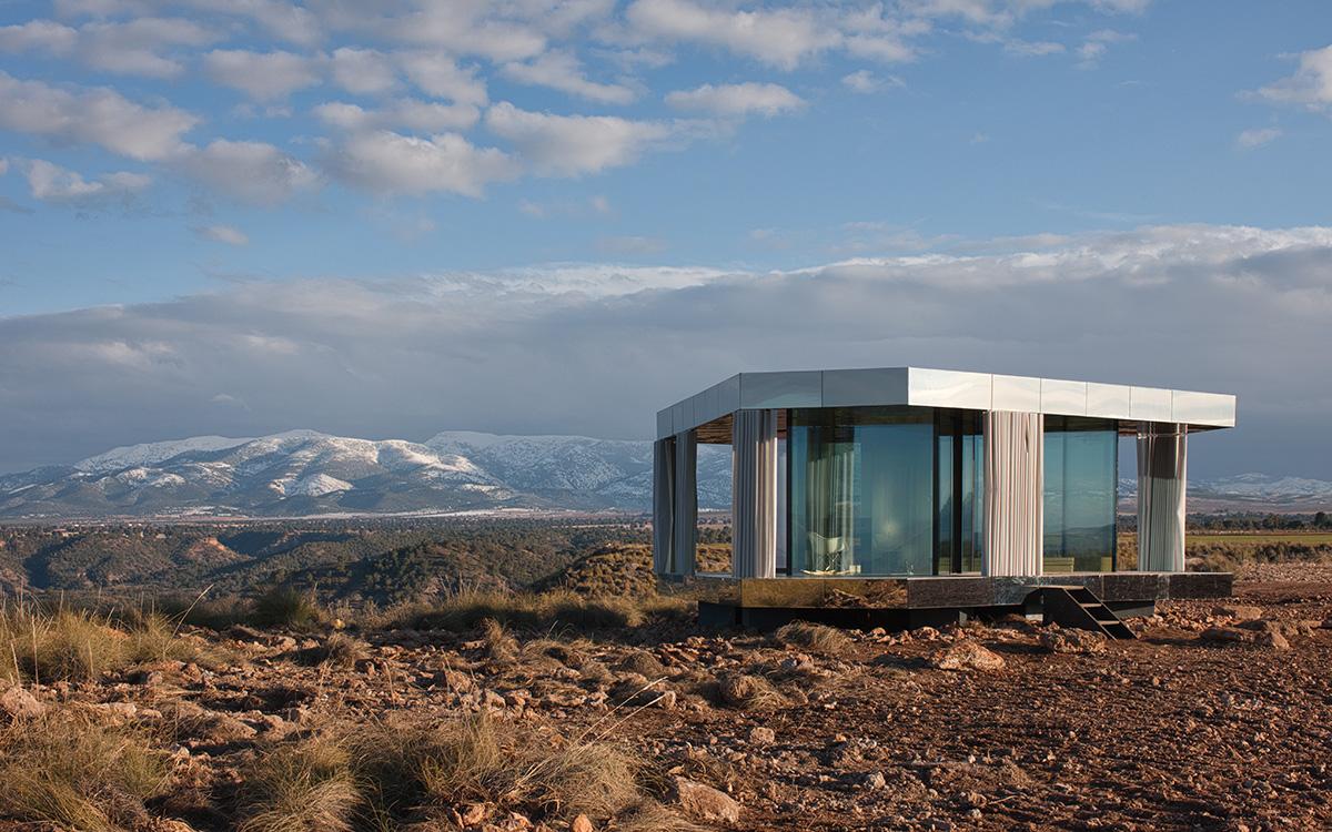 La casa ha una camera da letto, un bagno e un soggiorno / Guardian Glass LLC, © Gonzalo Botet