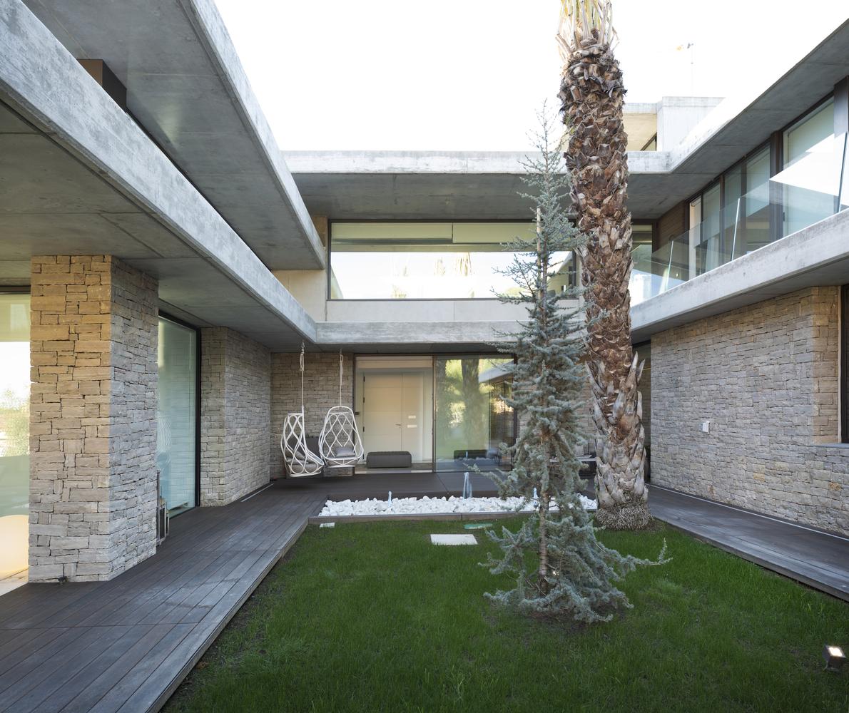 Il giardino interno / Alfonso Calza
