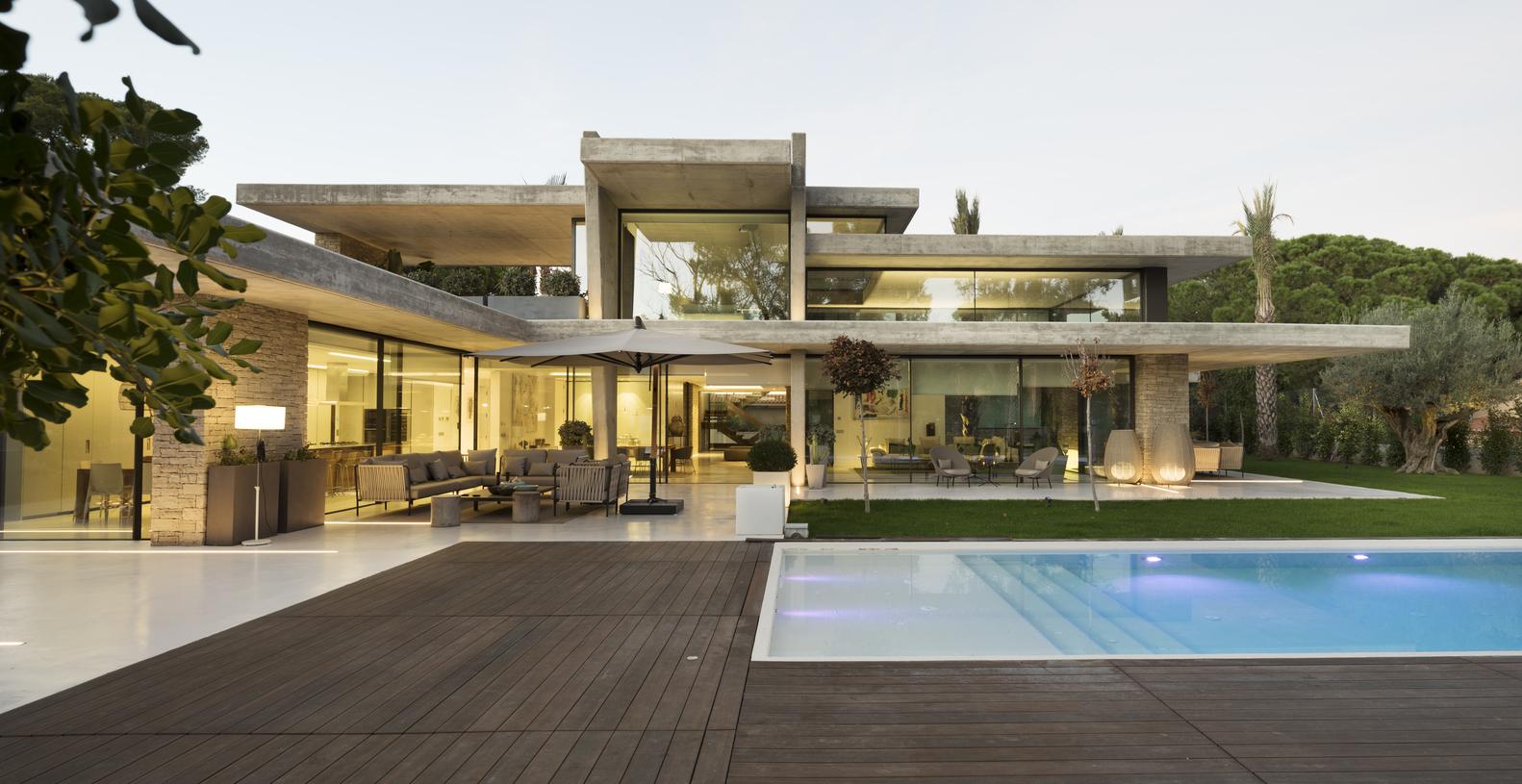 Vista sulla casa e sulla piscina / Alfonso Calza