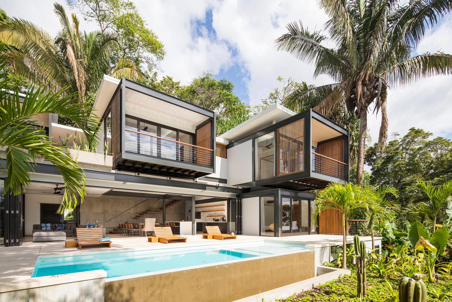 La casa si trova in Costa Rica, in una spettacolare enclave di Playa de Santa Teresa / Joya Villas