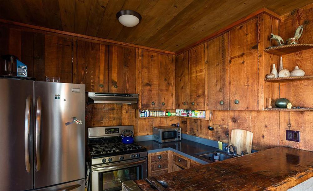 La cucina situata al piano inferiore / Coldwell Banker