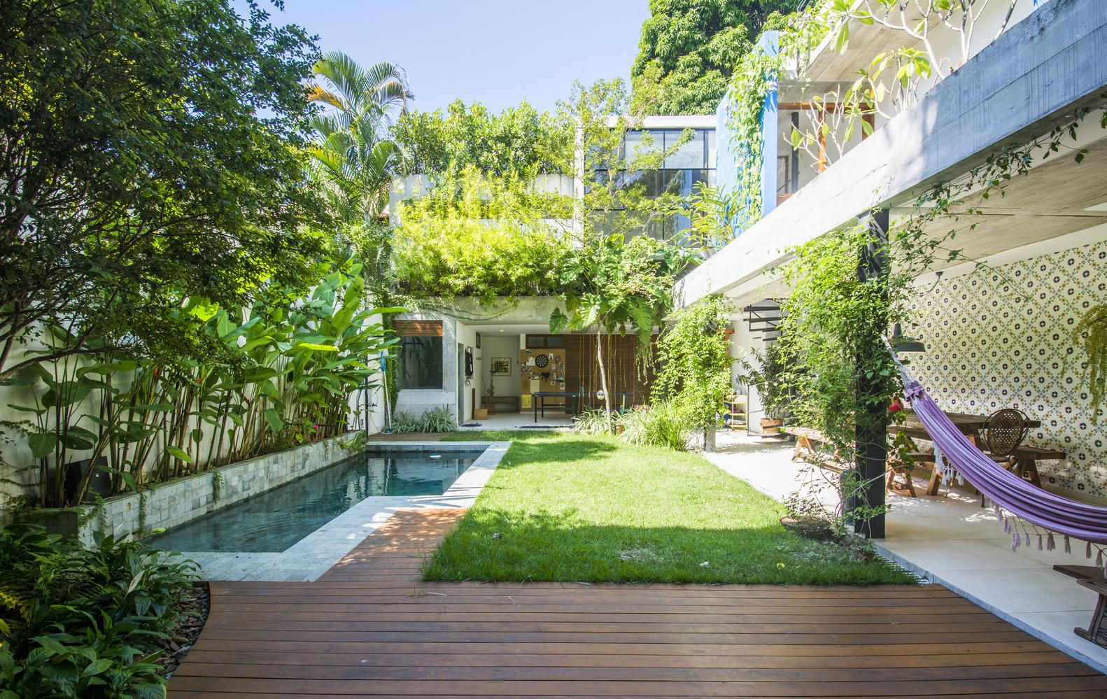 La casa dispone di una piscina / Celso Brando