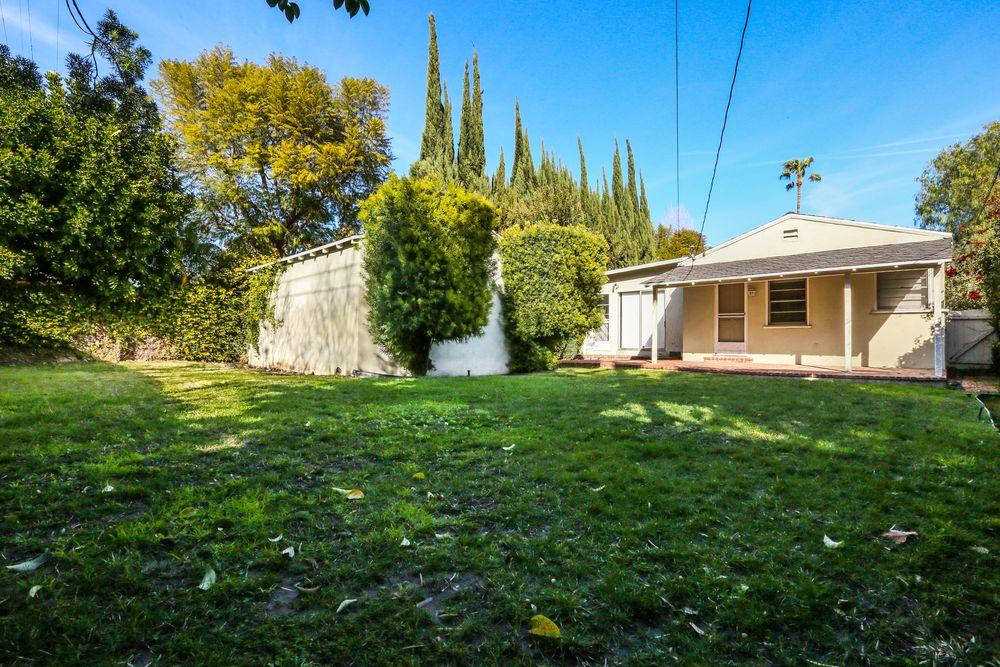 La proprietà conta un giardino e un garage / The Agency