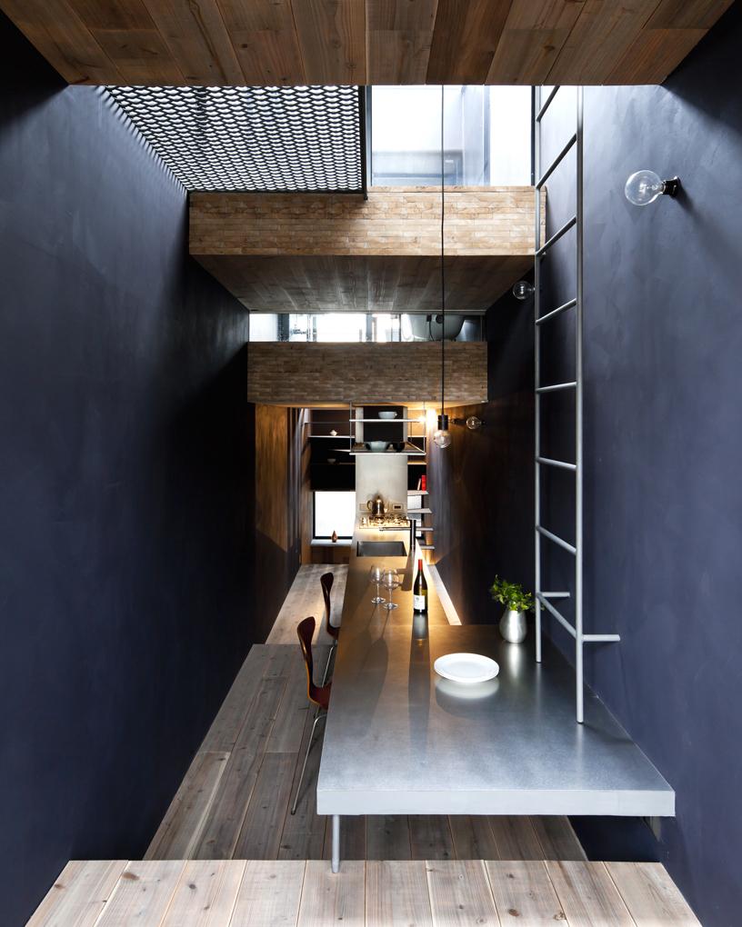 L'interno è minimalista / Designboom