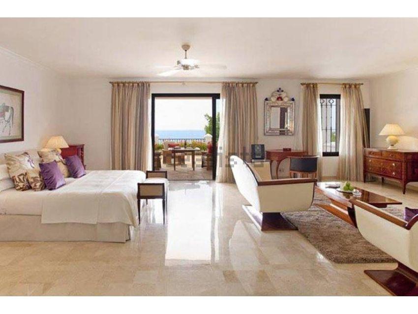 La proprietà conta una casa principale con 12 stanze, delle quali 6 sono suite
