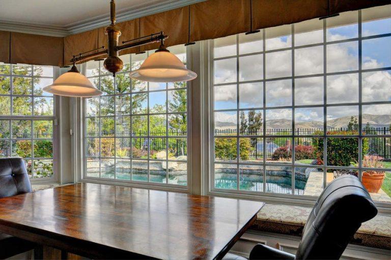 Le grandi vetrate permettono di vedere l'esterno
