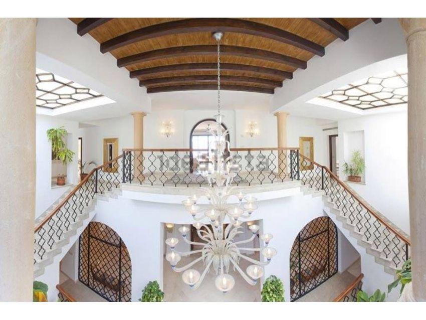 La villa si trova a Las Brisas, a Marbella
