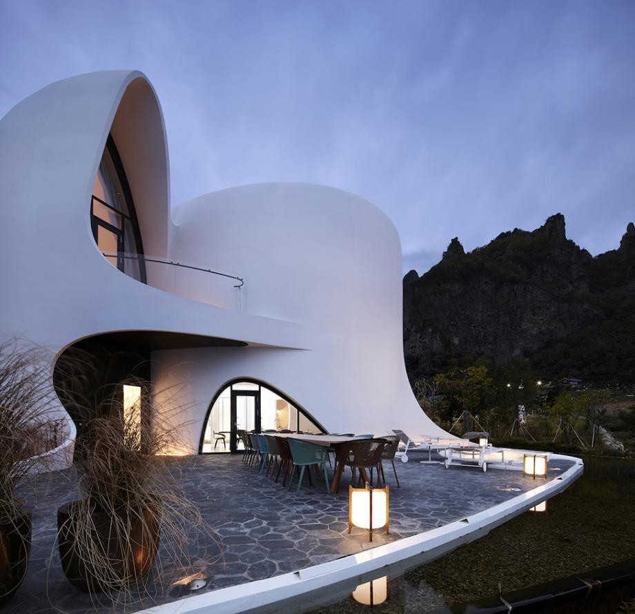 Vicino all'hotel ci sono grotte marine, cascate, templi / Kim Yong Kwan