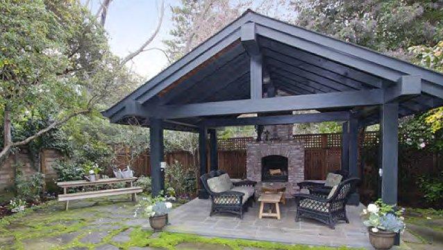 La casa ha un ampio spazio all'aria aperta / The backyard