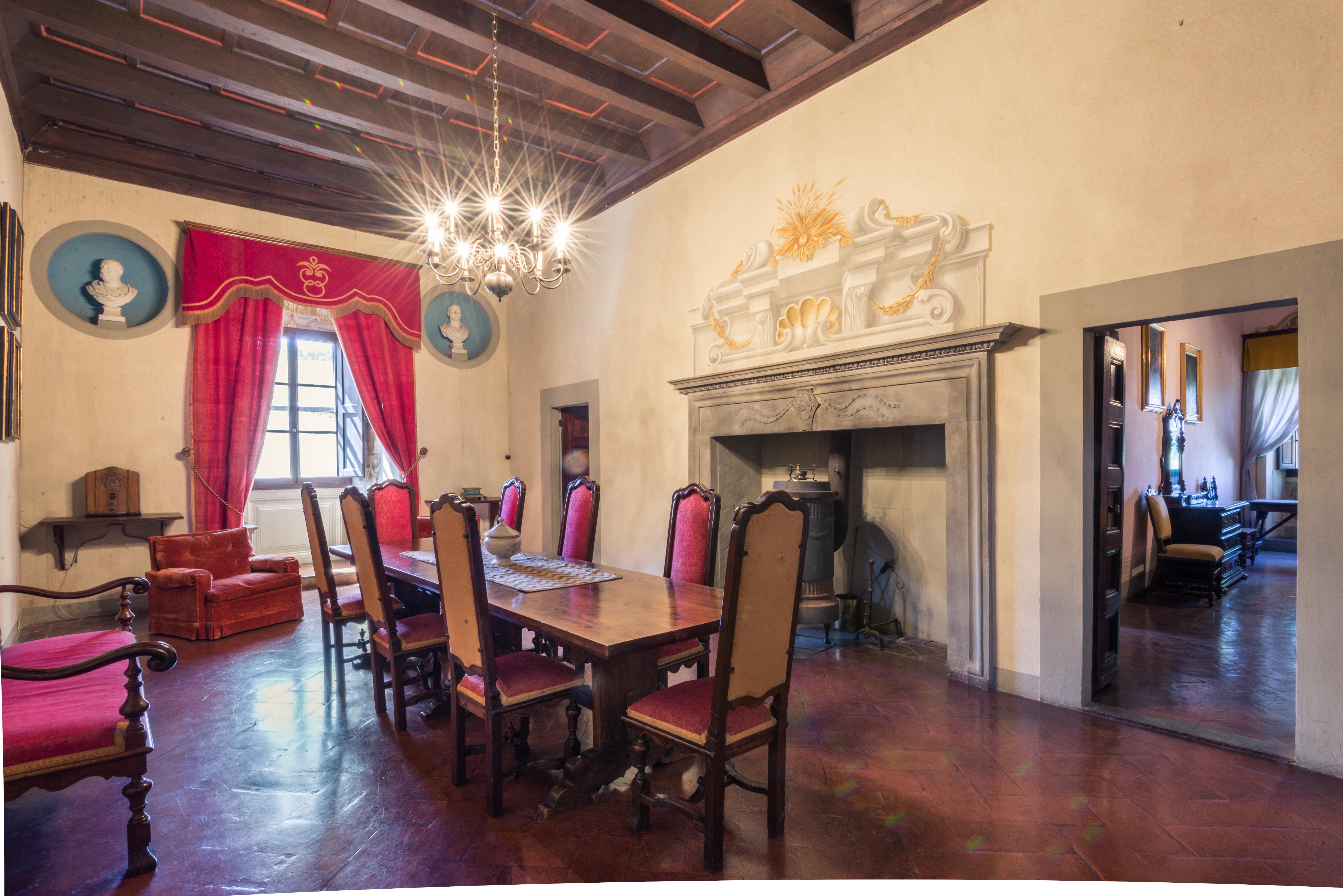 il castello fa parte di una tenute che comprende 25 case coloniche / Lionard Luxury real estate