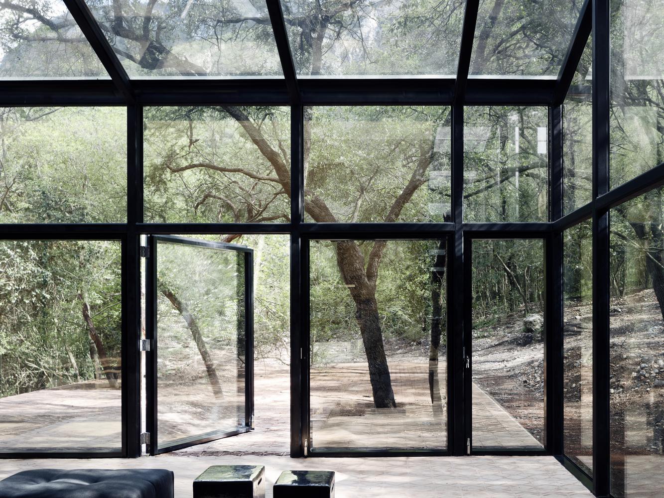 Il tetto è protetto da un sottile strato di legno / Rory Gardiner