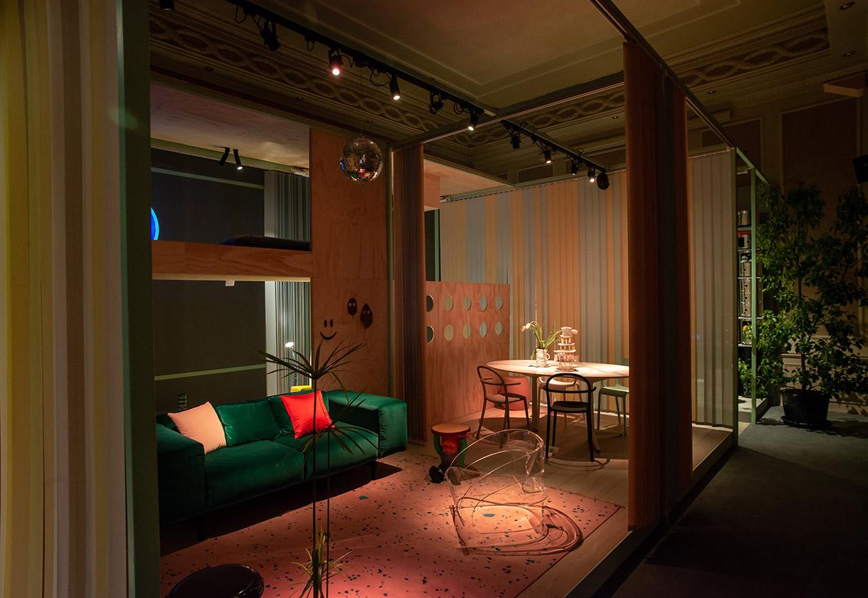 Lo spazio dei LifeSharers, i giovani fra i 25 e i 30 anni, all'interno della mostra Elle Decor ONLIFE Millennials at Home / Stefano Pavesi