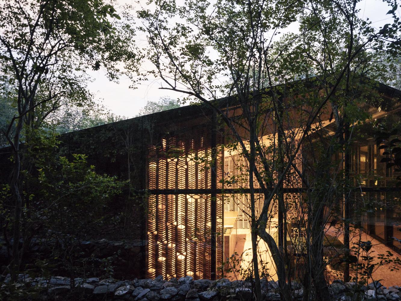 Solo di notte si può effettivamente notare la bellezza di questa casa / Rory Gardiner