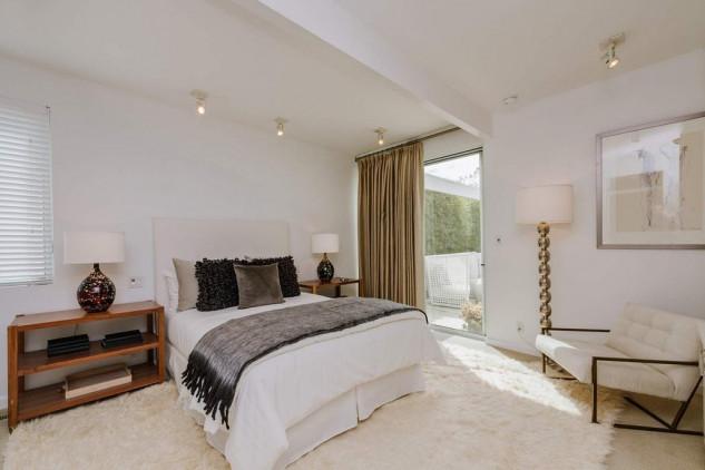 Ê una casa luminosa e ventilata, con pareti bianche e grandi finestre di cristallo / Sotheby's International Realty