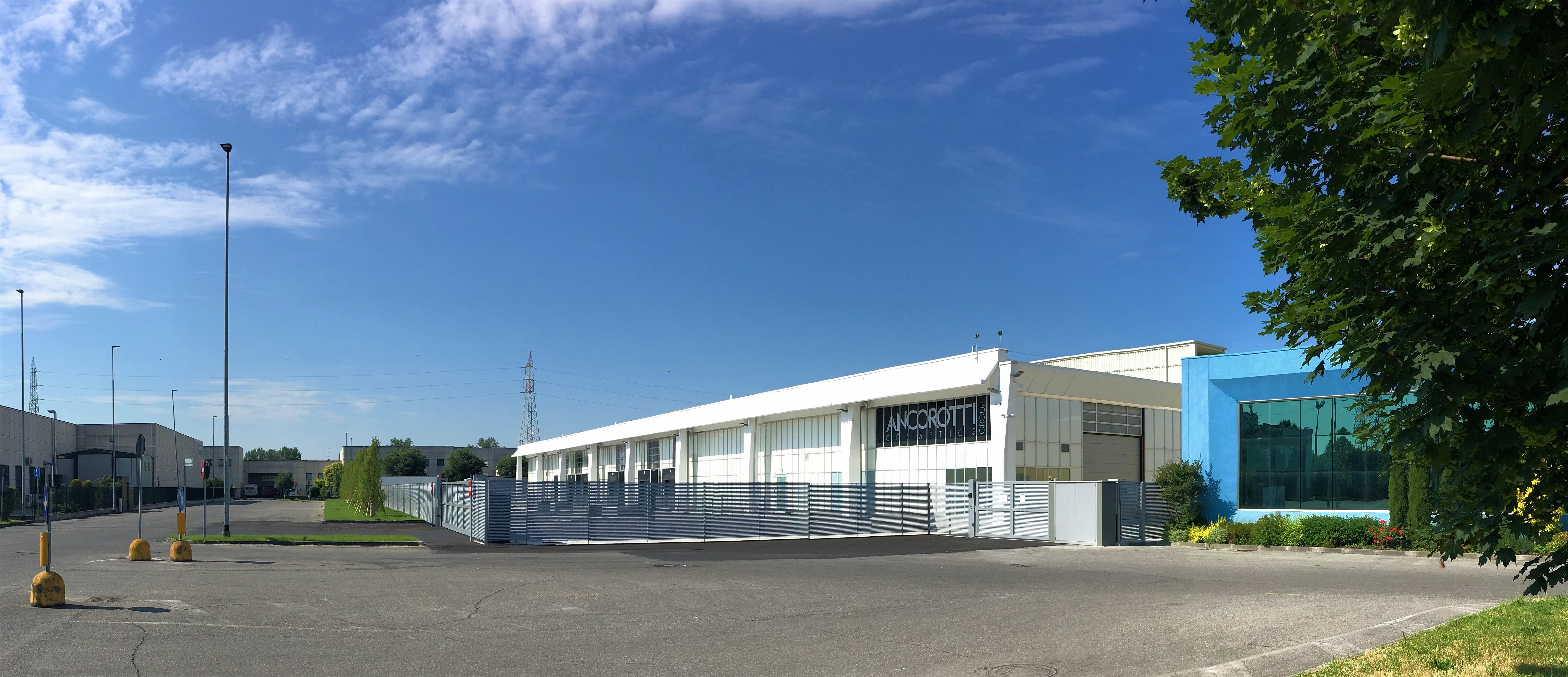 La zona carico scarico del magazzino  / Ermentini Architetti