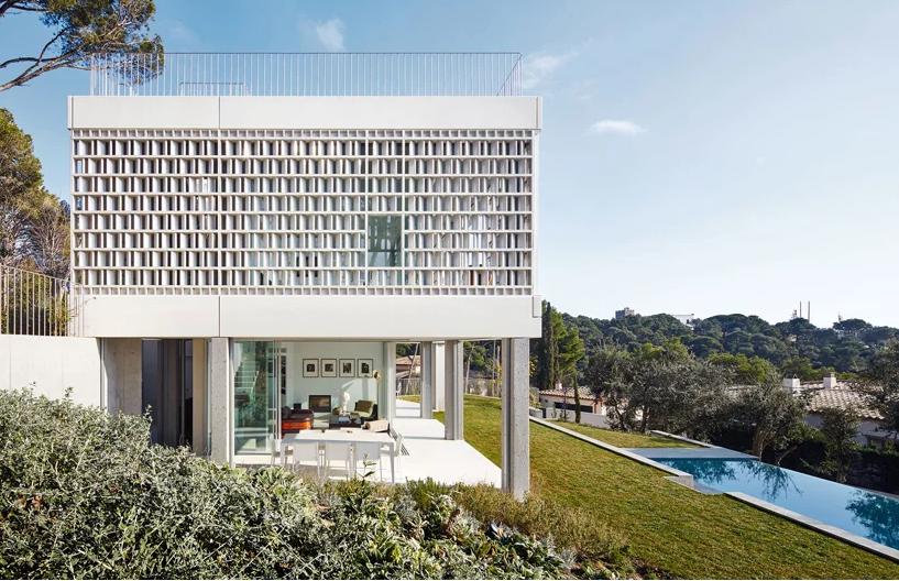 La casa ricoperta dal reticolo in ceramica / José Hevia
