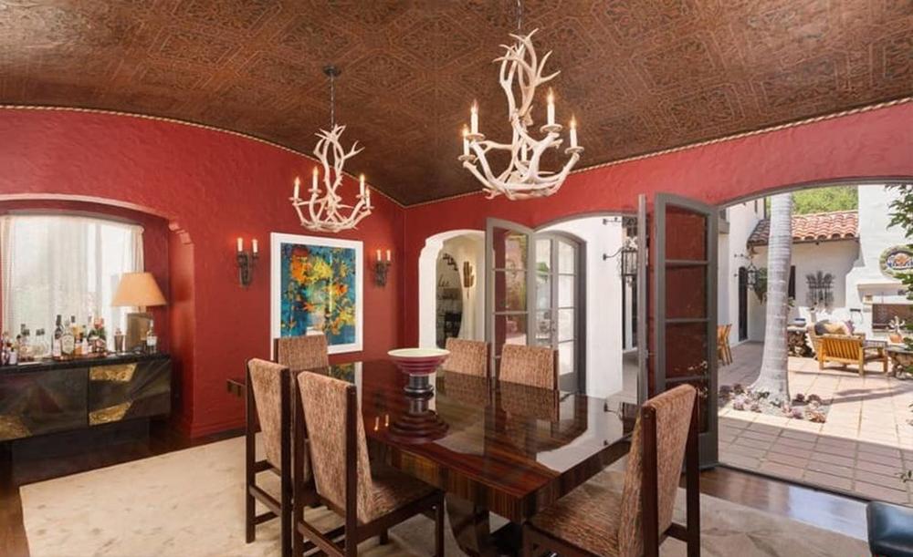 Negli ambienti della casa si respira uno stile spagnolo