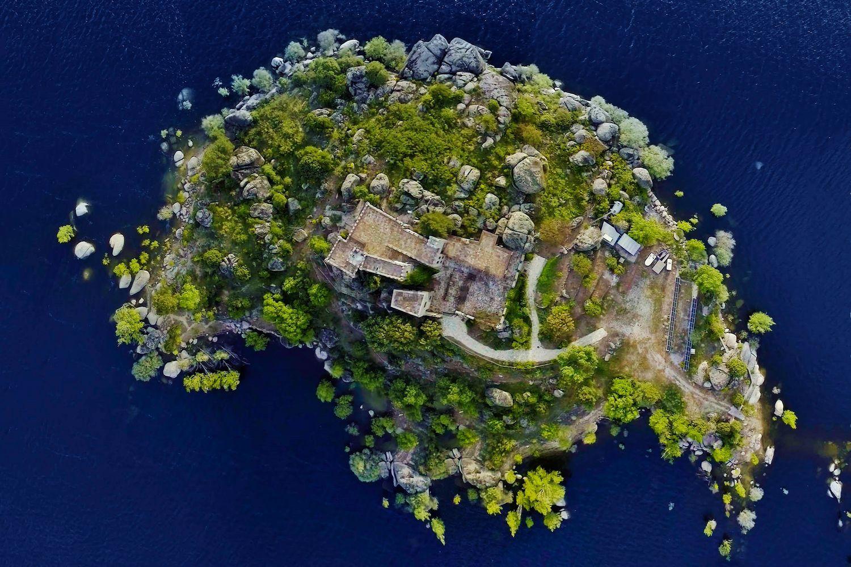 Vista aerea dell'isola e del castello