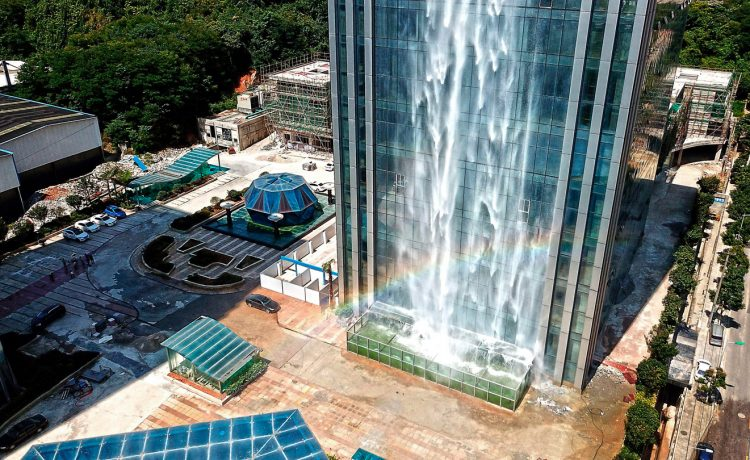 La particolarità è la cascata di oltre 120 metri di altezza / Liebian Building