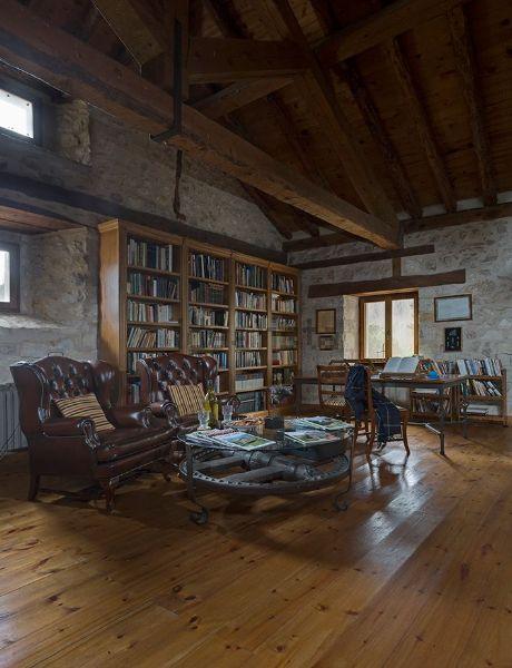 Un'enorme biblioteca rende unico il salone
