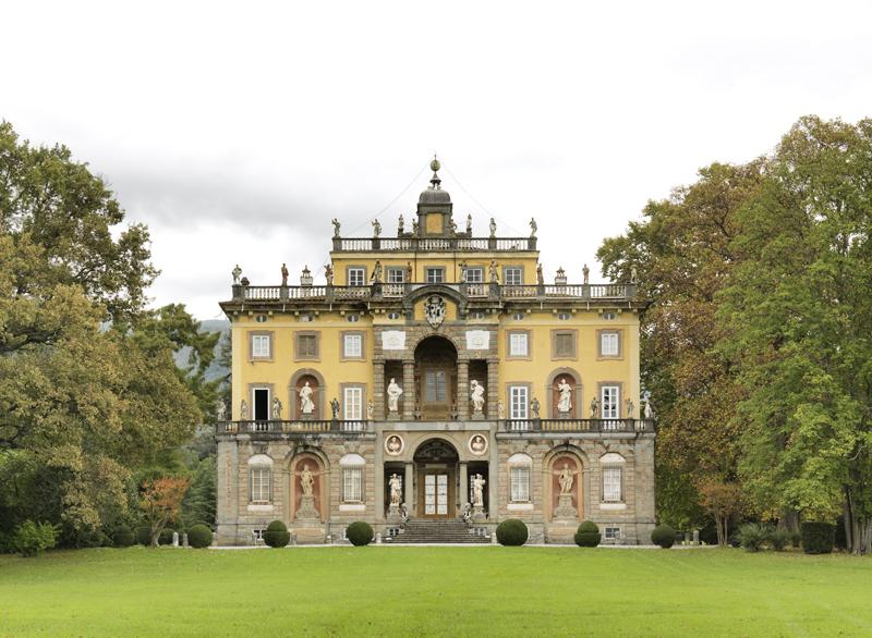 La facciata della villa / Editore PUBLIED - Foto Lupi - Da Ville Lucchesi