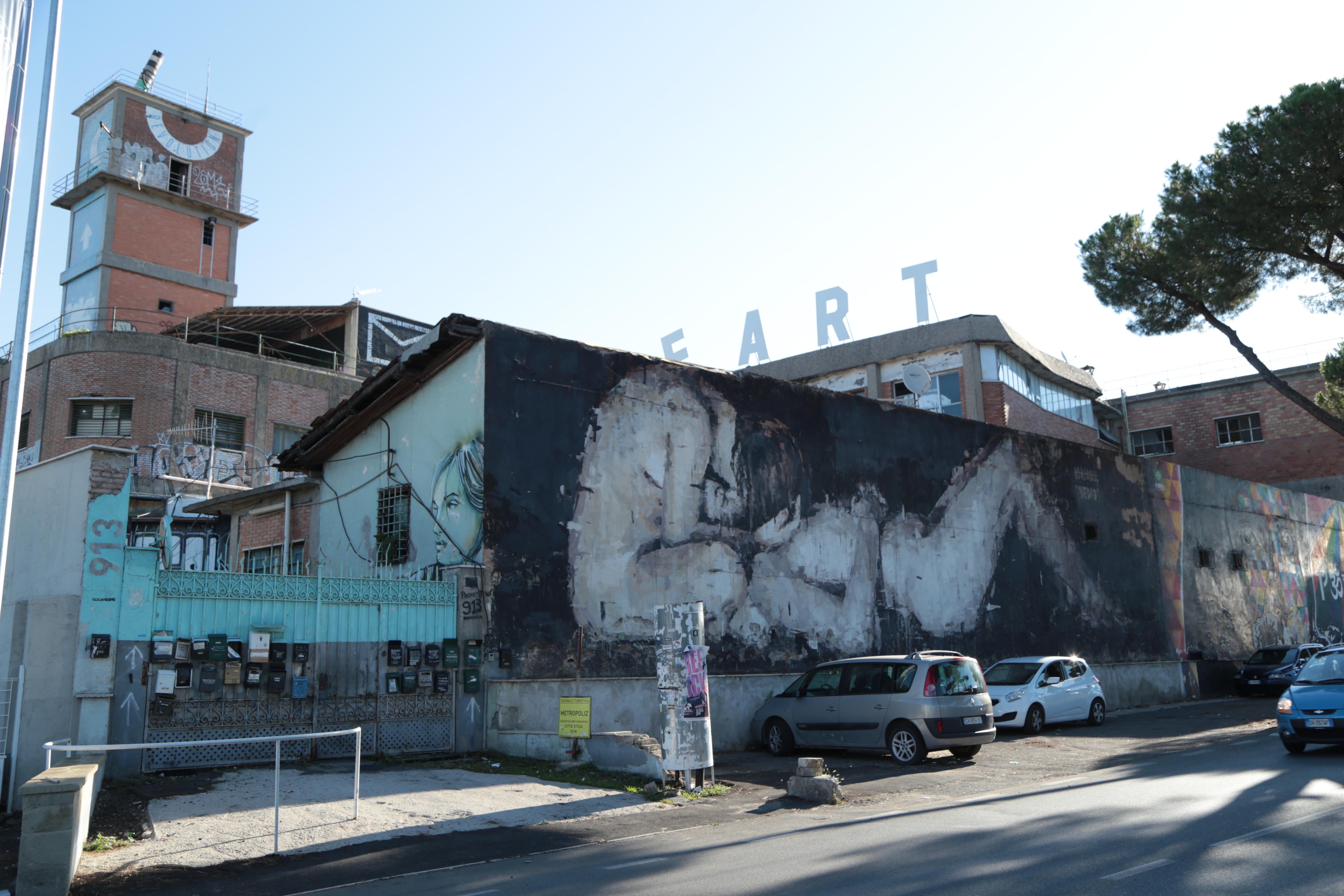 La facciata dell'Ex Fabbrica Fiouricci in via Prenestina 913 a Roma, uno dei casi più emblematici di occupazione abusiva / Paolo Codato