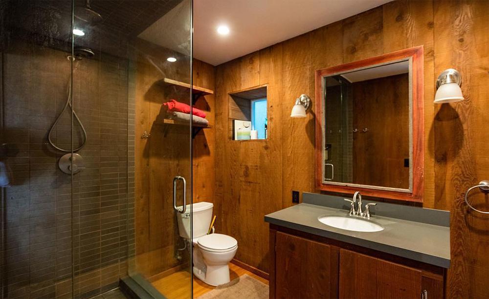 Il legno predomina nel piano inferiore della casa