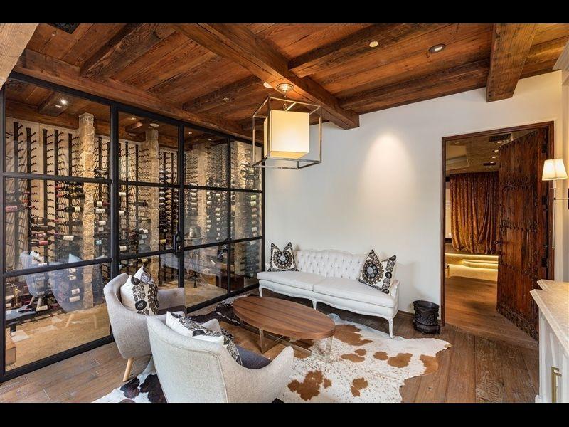 La casa dispone di una palestra, un cinema, una cucina gourmet e una cantina / Redfin