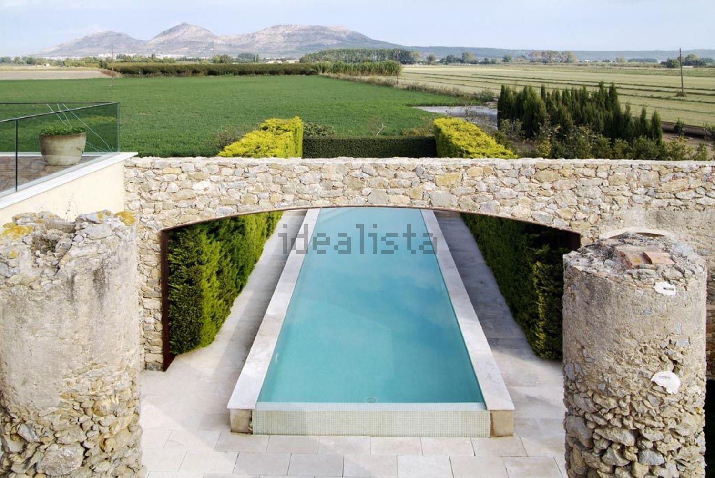 Una piscina con una vista impressionante