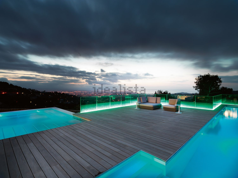 La piscina esterna di notte