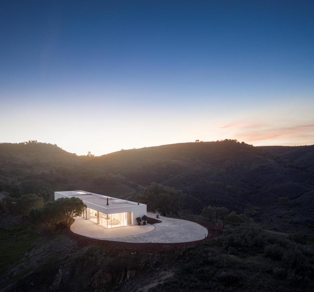 Veduta aerea della casa di sera / Fernando Guerra | FG+SG