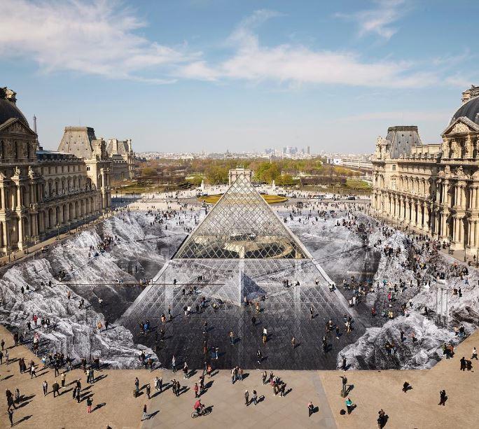 Celebra i 30 della piramide del Louvre