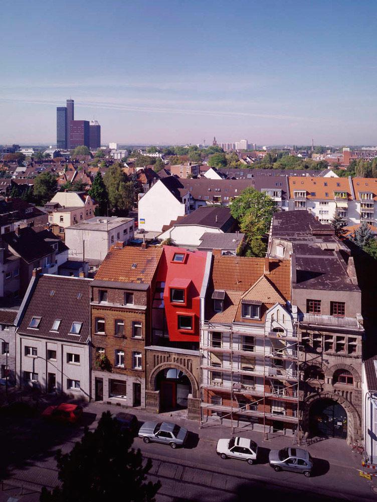 Il suo aspetto è in contrasto con il resto degli edifici della zona / Boris Becker