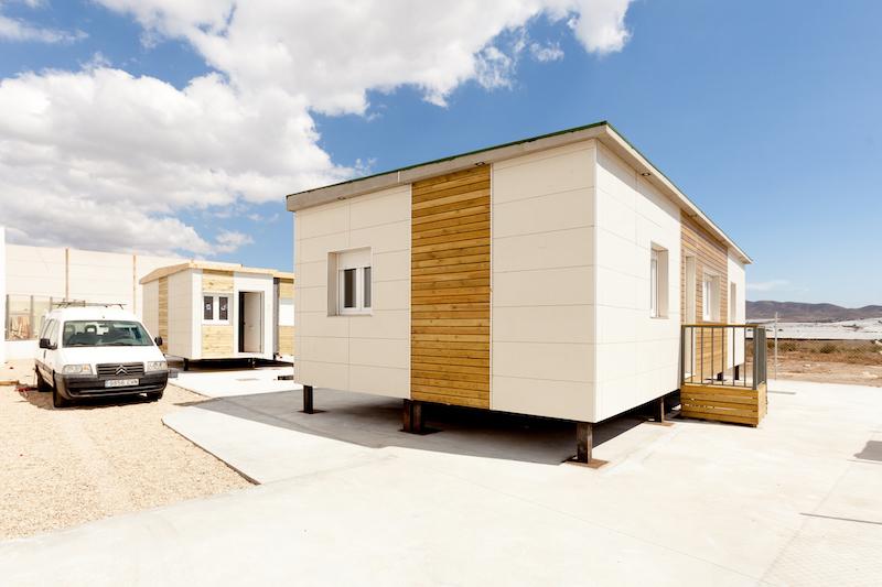 Una casa prefabbricata con container vita da fuori