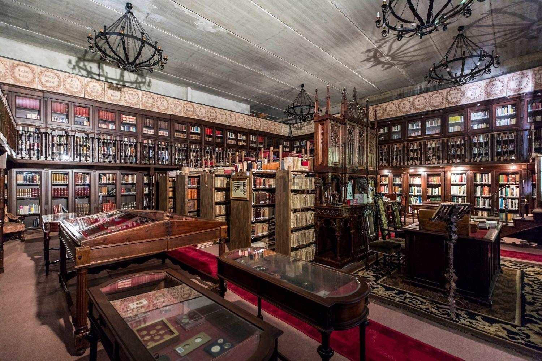 Dispone di una biblioteca signorile