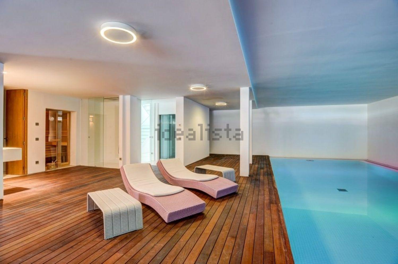 Una piscina interna alla villa