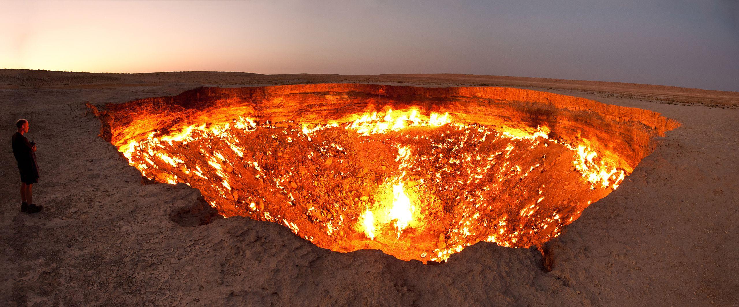 L'intenso calore che emana dal cratere solo consente agli intrepidi avvicinarsi per pochi minuti / Medios