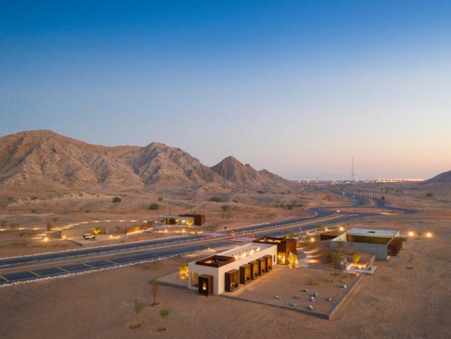 Si trova nel deserto del Sharjah, negli Emirati Arabi Uniti / Fernando Guerra via Anarchitect