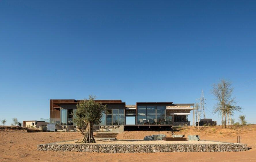 Lo studio di architettura ha trasformato due edifici abbandonati in un hotel / Fernando Guerra via Anarchitect