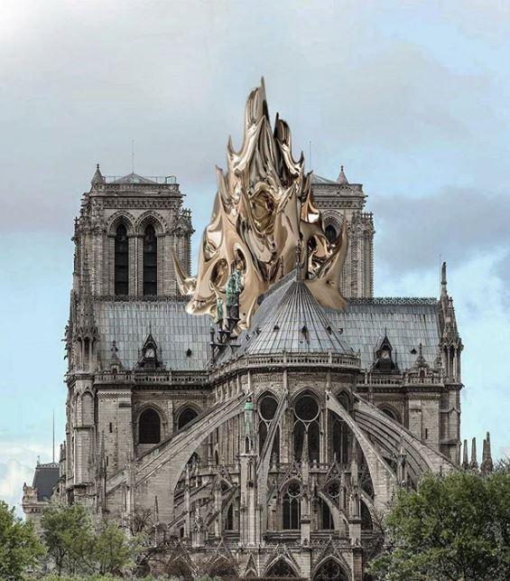 Una grande scultura metallica