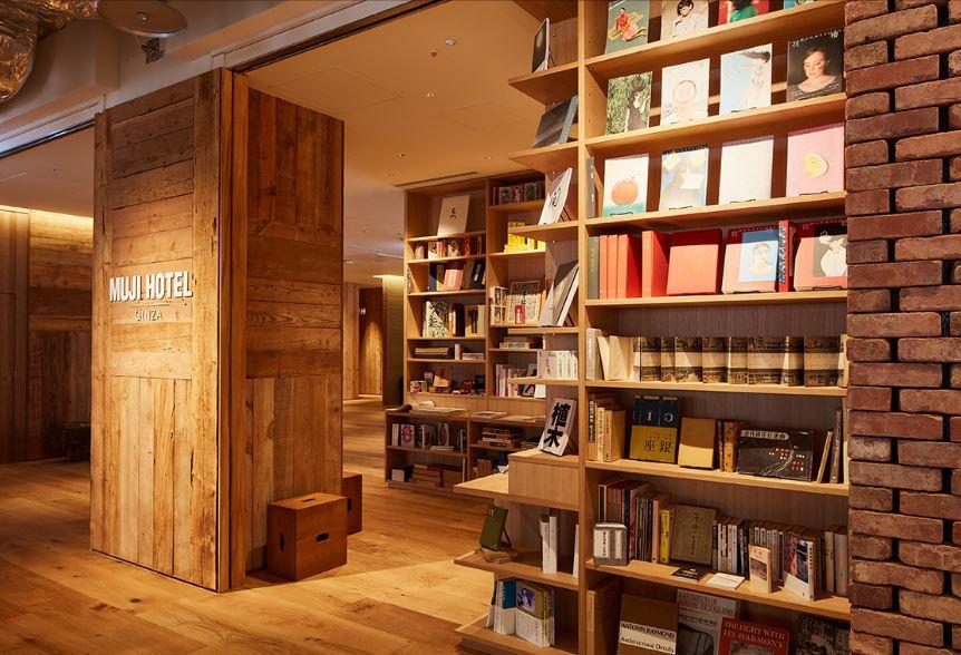 La biblioteca dell'hotel / MUJI HOTEL GINZA