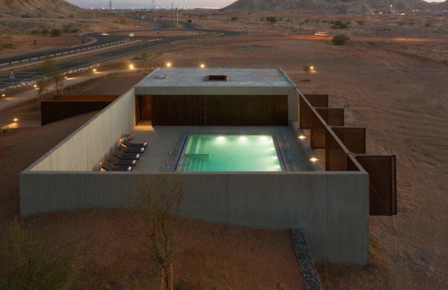 Una foto della piscina dell'hotel / Fernando Guerra via Anarchitect