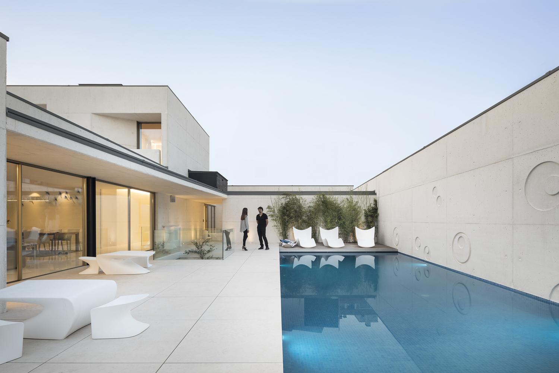 La piscina di orizzonte infinito è semplicemente spettacolare / Ivo Tavares Studio