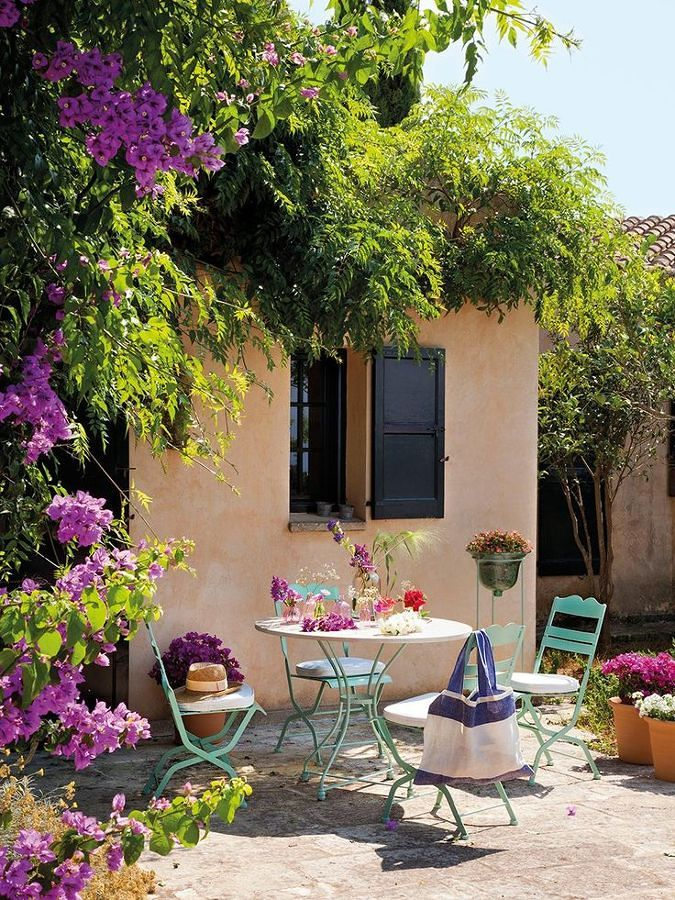 La terrazza con arredi acquamarina / Pintarest