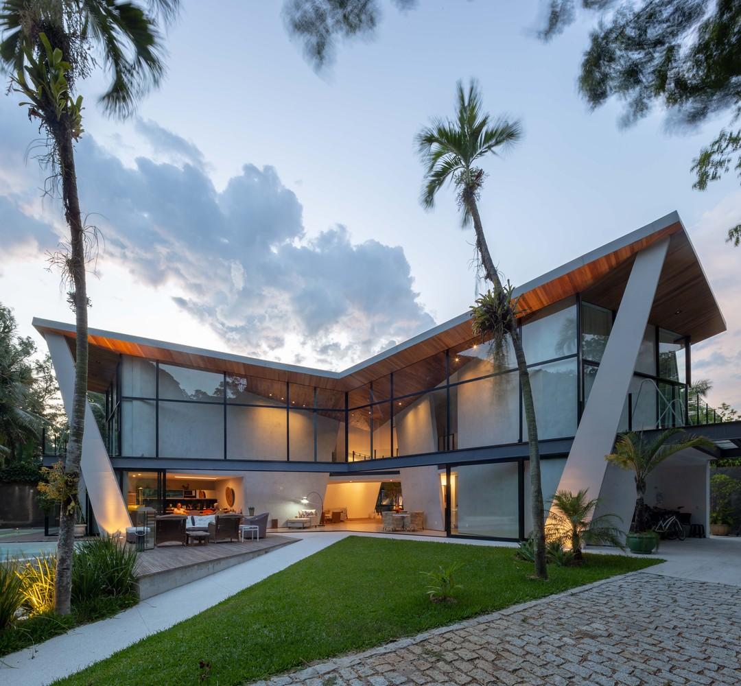 Hang Gilder House si trova in Brasile / Tiago Tardin via Archdaily