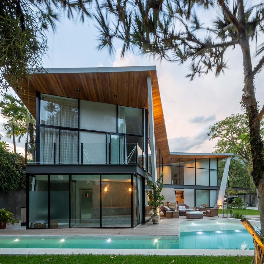 Un'enorme piscina circonda la casa / Tiago Tardin via Archdaily