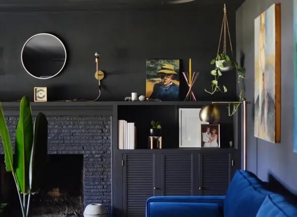 Contrasta con un sofá colorato, elementi di decorazione bianchi e piante