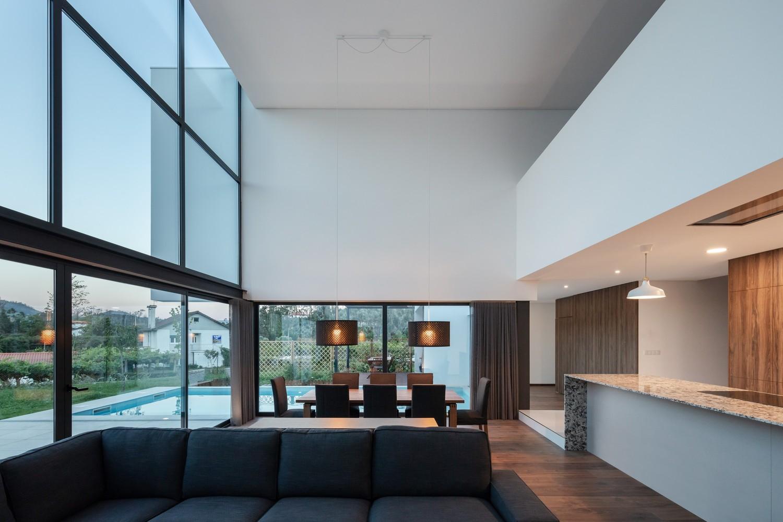 Gli interni sono spaziosi e luminosi / Tiago do Vale Arquitetos