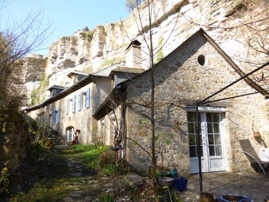 Gli abitanti viviono in case a 100metri dal suolo / Messy Nessy Chic