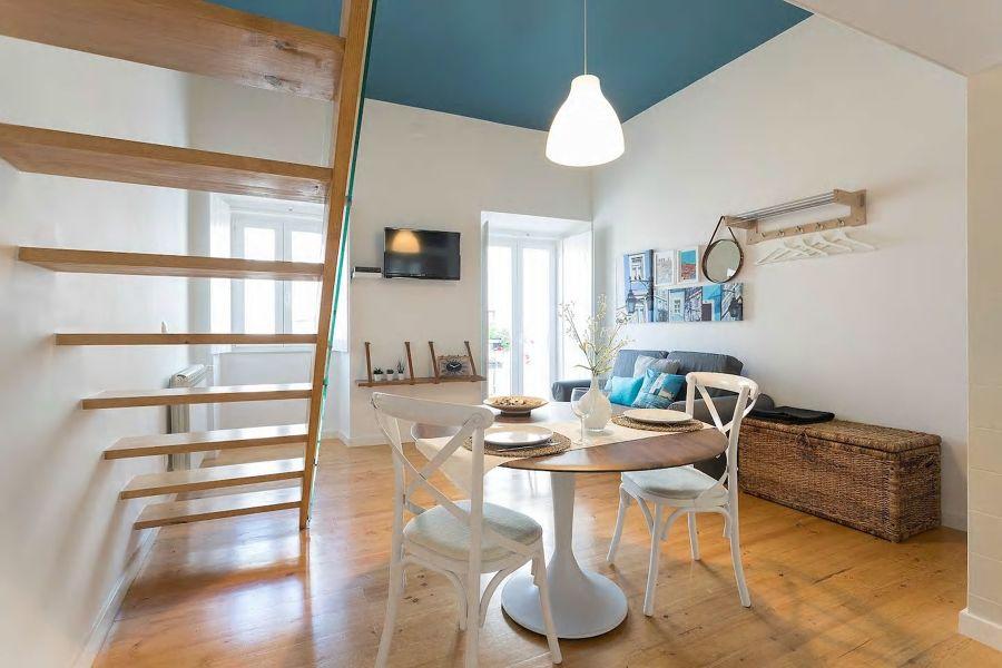 Un tetto azzurro per il soggiorno / Mescla